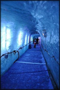 Montenvers-  Chamonix, le train à crémaillère du Montenvers, permet d' accéder sans difficulté en 20 minutes et en toute sécurité au pied de la Mer de Glace (1913 m), le plus grand glacier français ( 7km de long, 200 m d'épaisseur).