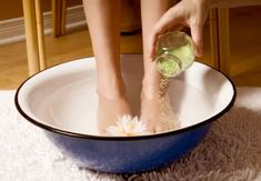 Foot detox - warm water and cup detox mixture cup sea salt, 2 cups baking soda and 1 cup epsom salt = detox mixture) creates a detox through the feet by soaking feet for 30 minutes. Home Remedies, Natural Remedies, Foot Detox Soak, Soak Feet, Whole Body Cleanse, Spa Night, Night Detox, Salud Natural, Tips Belleza