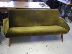 50-luvun sohva odottelee kunnostusta ja uudelleen verhoilua. Tulossa myyntiin
