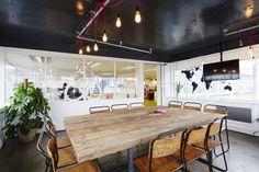 Pour bien terminer la semaine, on visite les bureaux de Airbnb à Londres. L'aménagement réalisé par le bureau de design Superior Interiors a tout des bureaux des startups du multimédia. L'openspace est équipé de grandes tables toutes blanches, avec chaises...
