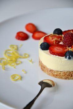 Cheesecake au citron, à la bergamote & aux fruits rouges { sans cuisson } http://www.lesrecettesdejuliette.fr