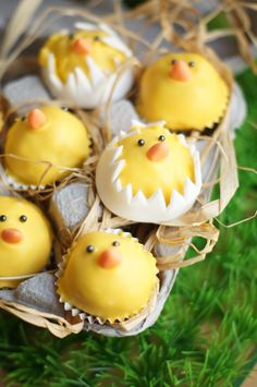 Easter Chick in Egg Pops Found on confetinreseptit.blogspot.fi #cakepops