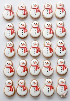 We're ending Sugar and Charm's cookie week with 10 charming ways to decorate Christmas cookies! There is definitely an art to decorating sugar cookies. I find t (snowman cookies) Best Christmas Cookie Recipe, Christmas Sugar Cookies, Christmas Sweets, Christmas Cooking, Noel Christmas, Christmas Goodies, Holiday Cookies, Summer Cookies, Valentine Cookies