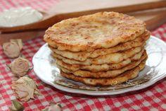 Творожно-овсяные лепешечки.  Автор Эмма Беседина  Рецепт на 1 порцию: творог 150г, яйцо 1шт., , соль щепотка, сахар 15г, ванильный сахар щепотка, овсяные хлопья 30г, мука 30г в тесто плюс 50г для разделки, масло растительное 50мл.   Творог соединить с яйцом, добавить сахар, соль и ванильный сахар и размешать.  Добавить овсяные хлопья. Размешать.  Ввести муку и еще раз размешать.  Оставить на 10-15 минут.  Разделать мокрыми руками на шарики и запанировать в муке.  приплюснуть до толщины 0,5…