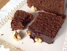 Čokoládový chlebíček s mandlemi, krok 4: Vyndejte z trouby a nechte chvilku vychladnout ve formě. Pak ořízněte boky formy a chlebíček překlopte na chladicí mřížku. Než zcela vychladne, připravte si polevu.