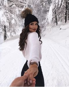 White knit sweater with a black beanie. visit daily dress me at Fall Winter Outfits, Autumn Winter Fashion, Casual Winter, Mode Au Ski, Daily Dress Me, Shotting Photo, Winter Instagram, Disney Instagram, Nature Instagram