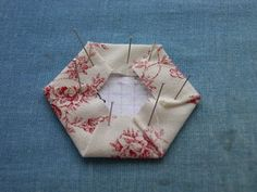 tuto hexagone en pliage japonais – Filetpatch by mfranceschott Scrap Fabric Projects, Fabric Scraps, Hexagon Quilt, Sewing Kit, Quilting Tutorials, Origami, Creations, Patches, Wraps