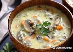 Сливочный суп с рисом и грибами  Ингредиенты: 4 куриных крышка (или другое мясо курицы); 2 ст. ложки оливкового (подсолнечного) масла; 400 г белых шампиньонов; 1 средняя морковь; 1 средняя луковица; 1 ст. ложка муки; соль, черный молотый перец – по вкусу; 2,5 л воды; 1 мультичашка круглого риса (у меня – «Краснодарский»); 2/3 стакана сливок (сметаны); 1 лавровый лист; горсть нарезанной зелени свежей петрушки.  Приготовление: 1. Вымойте в проточной воде куриное мясо. Крылышки…