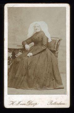 Photograph: van Dorp - Rotterdsam.Kent U de identiteit van de afgebeelde persoon?Woman-Traditional-Dutch-Dress-