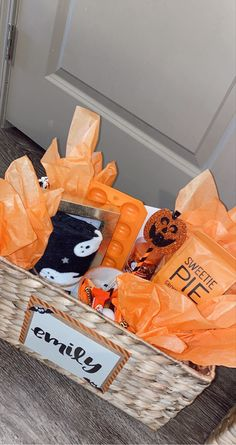 Halloween Gift Baskets, Halloween Goodies, Cute Halloween, Halloween Gifts, Halloween Themes, Halloween Decorations, Fall Gift Baskets, Holiday Baskets, Bff Christmas Gifts