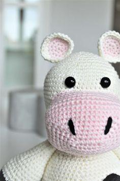 DEN HÆKLEDE KO RITA | DenHaekledeVerden Amigurumi Toys, Diy Baby, Stuffed Toys Patterns, Crochet Yarn, Kos, Hello Kitty, Ornament, Inspiration, Knitting