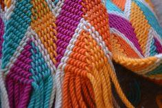Tejido Wayuu by tiniscas, via Flickr Crochet Belt, Love Crochet, Inkle Loom, Loom Weaving, Wiggly Crochet, Tablet Weaving, Knitted Afghans, Crochet Handbags, Tapestry Crochet