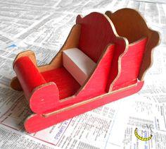 Questa slitta è interamente costruita a mano con legni riciclati; da riempire di dolci e caramelle per le feste di natale. Dipinta a mano. Dimensioni della base: 7x14cm Ho utilizzato legna di mobili in disuso e smalti colorati tutte le viti sono in ottone. -------------> Seguimi sul web: https://malicecraft.wordpress.com/  -------------> e su fb: https://www.facebook.com/MaliceCrafts