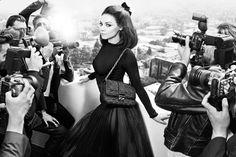 A atriz Mila Kunis repete a parceria com a Christian Dior no Inverno 2012 em campanha para a bolsa Miss Dior
