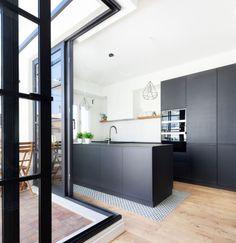 area arquitectura ruzafa. cocinas negras#pizarra #cocina #kitchen #kitchendesign #kitchenideas #slate Slate, Kitchen Design, Tv, Cuisine Design, Dark Kitchens, Twins, Houses, Modern Kitchens, Arches