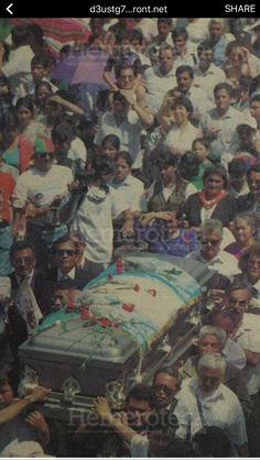 Mi padre, Matilde Castañeda Somoza, haciendo historia. Acompañando y  esperando su turno para cargar el féretro de los restos del Presidente Jacobo Árbenz cuando llegaron a la Ciudad de Guatemala.
