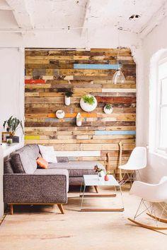 idée déco petit salon - canapé gris, chaises Eames blanches, déco murale en lattes de bois