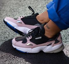 Trendy Sneakers Adidas Falcon W & Kylie Jenner & # s; - Women's Sneakers Sneakers Mode, Pink Sneakers, Sneakers Fashion, Fashion Shoes, Sneakers Workout, Chunky Sneakers, Cheap Fashion, Fashion Rings, Fashion Fashion