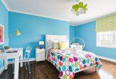 chambre enfants avec murs bleus et literie à pois multicolores
