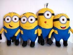 Minions, eles são divertidos!!!  Para decorar a mesa de aniversário e para decoração de quarto!  30 cm de altura    O VALOR SE REFERE A UNIDADE