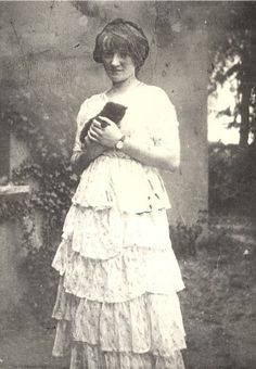 Grace Plunkett photographed six weeks after her wedding to Joseph Plunkett in Kilmainham Gaol. Joseph Mary Plunkett was one of the leaders of the 1916 Irish Uprising, and was executed in May, Love Letter To Her, Irish Free State, Irish Independence, Kilmainham Gaol, Sci Fi Novels, Erin Go Bragh, Michael Collins, Cat People, Great Women