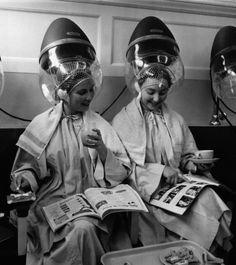 salon de coiffure valentino et rita 1950 femmes parlent sous le casque