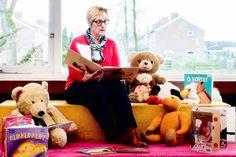 Lilian Scholts, lees/mediacoach, verbonden aan onze bibliotheek zet zich in om jeugd van basisscholen en voortgezet onderwijs te prikkelen om te lezen. Want hoe meer je leest, hoe beter je gaat lezen om uiteindelijk tot het besef te komen dat lezen gewoon heel leuk is. Foto: Marion Keijzer