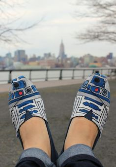 oh no, Star Wars TOMS . I think TOMS are kinda ugly, they don't look comfy. but can't pass up Star Wars lol Estilo Geek, Just In Case, Just For You, Painted Toms, Hand Painted, Painted Canvas, Mode Shoes, Footwear Shoes, Toms Outlet