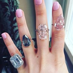 (Middle finger): claw-set oval/elongated cushion Fancy Pink diamond in a twisted band setting. Cool Girl Style, Jewelry Auctions, Schmuck Design, Green Fashion, Colored Diamonds, Blue Diamonds, Diamond Earrings, Jewelry Design, Fashion Jewelry