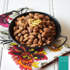 Chew Town: Chew Town Bites: Lemon and Garlic Almonds - never seen a recipe that marinates the almonds before roasting. Recipes Appetizers And Snacks, Savory Snacks, Dog Food Recipes, Snack Recipes, Party Snacks, Delicious Recipes, Vegan Recipes, Drink Recipe Book, Recipe Books
