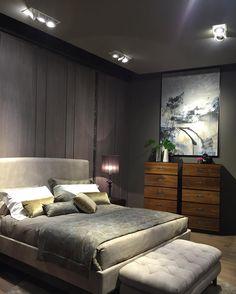 Inspiração do #isaloni2016. Revestimento de parede em laminato cama estofada e cômodas em madeira natural. #bontempo #bontempobc #dormitório #bedroom #design #interiores #arquitetura #architect #bed #madeira #revestimento #cabeceira #cama #quartocasal #quarto by bontempo_bc
