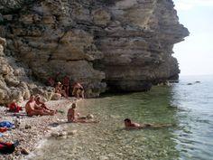 Крымский пляж на Тарханкуте приглашает всех желающих хорошо отдохнуть.
