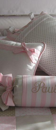 Bordados y lazos que personalizan la ropa de cuna de tu bebe