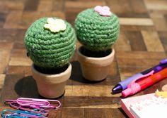 Cacto decorativo feito em crochê. <br> <br>Acomodado em um vasinho de barro, é ótimo para sua mesa no trabalho ou qualquer cantinho da sua casa. <br> <br>E nem precisa regar. ;D