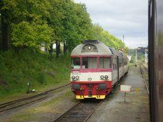 Míjení se soupravou vlaku Sp 1809 vedený motorovým vozem 854 210-2 ve stanici Martinice v Krkonoších. Focené dne 9.8. 2014.