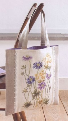 Victoria - Handmade Creations: Embroidered Bags for Summer Outings Source by Patchwork Bags, Quilted Bag, My Bags, Purses And Bags, Bag Quilt, Embroidery Bags, Crewel Embroidery, Jute Bags, Fabric Bags