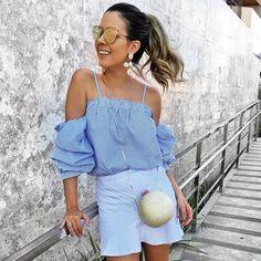 Azul e branco para hoje! Tudo da @lookloja, brincos de búzios e clutch da @maxbijouxjp  {e o tanto que essas blusas com mangas bufantes e de ombros de fora são fofas?} #ootd #looksreuchoa #sundayfunday