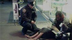 [감동 실화] 상냥한 경찰의 한 장에 큰 반향 맨발 노숙자에 신발을 선물