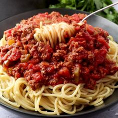 spaghetti recipes This Homemade Spaghetti Sauce is so easy and delicious, you will never buy the jarred kind again! Try it and you will see why I call it the Best Ever! Meat Sauce Recipes, Pasta Recipes, Dinner Recipes, Cooking Recipes, Healthy Recipes, Olive Garden Meat Sauce Recipe, Cooking Eggs, Cooking Broccoli, Broccoli Rice