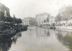 De Coolsingel was vroeger uiteraard geen brede boulevard, maar zat nog boordevol water. Dit water werd tussen 1913 en 1921 gedempt om een mooie, met Europese hoofdsteden concurrerende, boulevard te creëren. Of dit gelukt is laat ik in het midden. Rechts van het midden zie je overigens de Kruiskade. De foto is gemaakt tussen 1898 en 1902. Rotterdam, Modern City, Back In Time, Old City, Holland, Dutch, Europe, World, Dark
