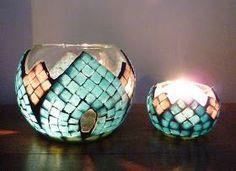 Decoraciones en Jardines Mandala Espigas, Cuadros y Faroles que se iluminan con velas Apliques que se iluminan con velas El... Mosaic Bottles, Mosaic Vase, Mosaic Flower Pots, Leaf Crafts, Mosaic Crafts, Mosaic Diy, Mason Jar Candle Holders, Candle Holder Decor, Gel Candles
