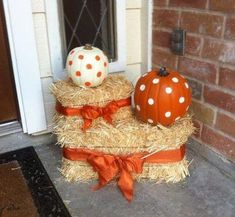 Here are a 15 genius fall front porch ideas you need to try. When fall is in the air, transform your entry and create porch envy with these easy-to-do décor ideas. Sharing lots of beautiful Fall front…More Halloween Veranda, Fall Halloween, Halloween Crafts, Halloween Porch, Paper Halloween, Cheap Halloween, Outdoor Halloween, Scary Halloween, Halloween Pumpkins