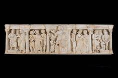 """Sarcofago paleocristiano con la Traditio Legis, IV secolo. Nella nicchia centrale è la scena della """"Consegna della Legge"""" (Traditio Legis) da parte di Cristo, barbato, in piedi sul monte paradisiaco all'apostolo Pietro, in presenza di Paolo acclamante. Musei Vaticani"""