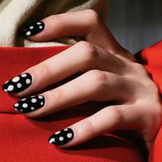 At Kate Spade, nail art took a walk on the retro side, whose models showed off simply sweet polka dots. Love Nails, How To Do Nails, Pretty Nails, Fun Nails, Dot Nail Art, Polka Dot Nails, Polka Dots, Runway Nails, Nagellack Trends