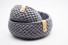 round crochet baskets in gray with leather details Crochet Home, Love Crochet, Knit Crochet, Crochet T Shirts, Crochet Decoration, Finger Knitting, Knitted Bags, Crochet Accessories, Crochet Projects