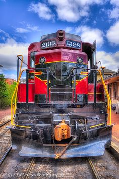 Diesel posing for a picture . Diesel Locomotive, Steam Locomotive, Train Tracks, Train Rides, Rail Train, Tramway, Bonde, Train Pictures, Old Trains
