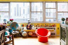 Apartamento colorido inspirado em doces e cultura pop