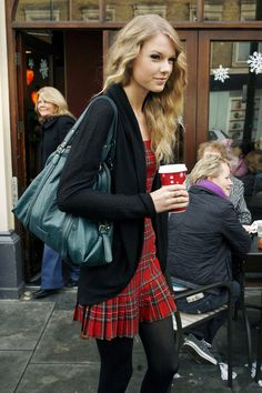 Taylor Swift Photos: Taylor Swift Goes to Starbucks in London