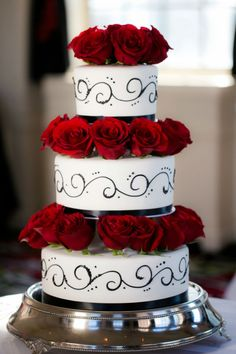 Glamorous red rose wedding cake, I would add gold scroll not black. Black And Red Roses, Black And White Wedding Cake, Red Rose Wedding, Wedding Cake Roses, Beautiful Wedding Cakes, Glamorous Wedding, Beautiful Cakes, Wedding Colors, Amazing Cakes