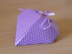 Lindo coraçãozinho de origami pra ser usado como caixinha ou embalagem de presentinho. Aprenda a fazer também! http://www.youtube.com/watch?v=ECwzzJcHBAo